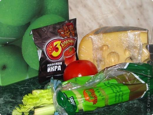 Спешу поделиться обалденно вкусным (для любителей сельдерея) салатом. Для него нам понадобится: - 1 пачка сухариков; - 2 стебелька сельдерея; - 1 помидор; - 100 гр любого сыра; - майонез; - соль, перец по вкусу. фото 1