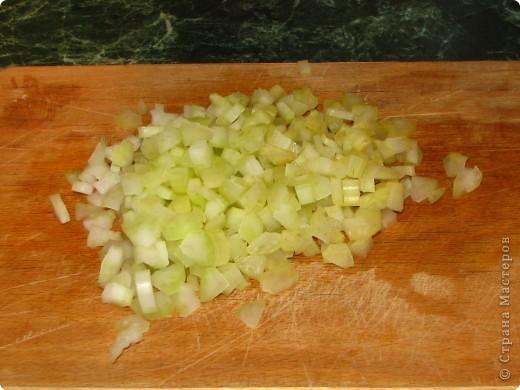 Спешу поделиться обалденно вкусным (для любителей сельдерея) салатом. Для него нам понадобится: - 1 пачка сухариков; - 2 стебелька сельдерея; - 1 помидор; - 100 гр любого сыра; - майонез; - соль, перец по вкусу. фото 2