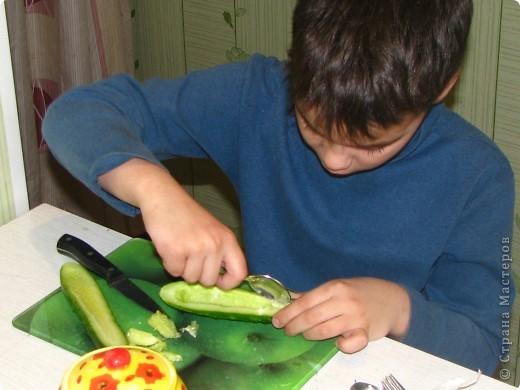 Насмотревшись на то, что я делаю мастер-класс, мой сын тоже решил сам придумать блюдо и создать собственный мастер-класс... По его просьбе и под его руководством выкладываю: Ему понадобились: 1 огурец, 1 редис, немного консервированной  кукурузы и 3 зубочистки. фото 2