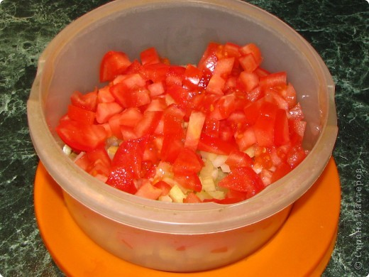 Спешу поделиться обалденно вкусным (для любителей сельдерея) салатом. Для него нам понадобится: - 1 пачка сухариков; - 2 стебелька сельдерея; - 1 помидор; - 100 гр любого сыра; - майонез; - соль, перец по вкусу. фото 6