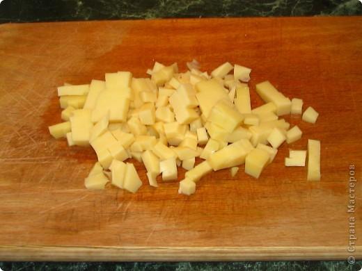 Спешу поделиться обалденно вкусным (для любителей сельдерея) салатом. Для него нам понадобится: - 1 пачка сухариков; - 2 стебелька сельдерея; - 1 помидор; - 100 гр любого сыра; - майонез; - соль, перец по вкусу. фото 4