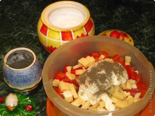 Спешу поделиться обалденно вкусным (для любителей сельдерея) салатом. Для него нам понадобится: - 1 пачка сухариков; - 2 стебелька сельдерея; - 1 помидор; - 100 гр любого сыра; - майонез; - соль, перец по вкусу. фото 7