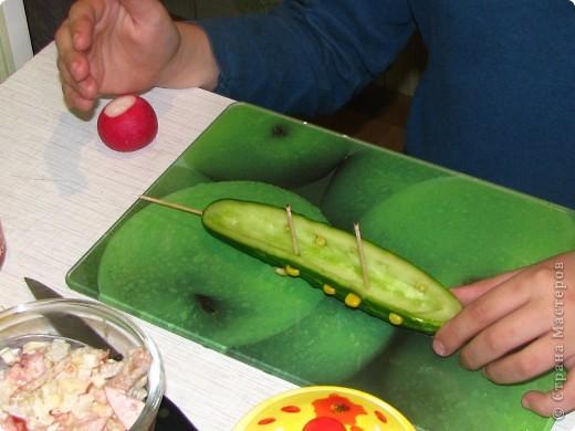 Насмотревшись на то, что я делаю мастер-класс, мой сын тоже решил сам придумать блюдо и создать собственный мастер-класс... По его просьбе и под его руководством выкладываю: Ему понадобились: 1 огурец, 1 редис, немного консервированной  кукурузы и 3 зубочистки. фото 4
