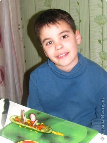 Насмотревшись на то, что я делаю мастер-класс, мой сын тоже решил сам придумать блюдо и создать собственный мастер-класс... По его просьбе и под его руководством выкладываю: Ему понадобились: 1 огурец, 1 редис, немного консервированной  кукурузы и 3 зубочистки. фото 6