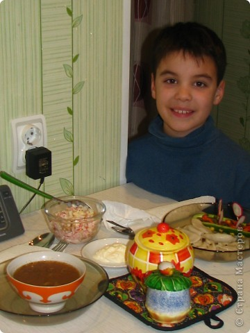 Спешу поделиться обалденно вкусным (для любителей сельдерея) салатом. Для него нам понадобится: - 1 пачка сухариков; - 2 стебелька сельдерея; - 1 помидор; - 100 гр любого сыра; - майонез; - соль, перец по вкусу. фото 8
