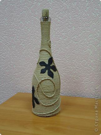 """Моя первая и самая любимая бутылка вместимостью 10 гостей. :-) Делалась для домашнего ко дню рождения мамы. Бутылка была пустая, и на дворе стояло лето, по этому для крепления льно-пенькового шпагата использовался клей """"Титан"""". Готовая работа долго стояла на балконе, пока не выветрился """"аромат"""" ацетона. фото 7"""