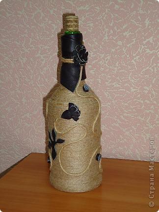 """Моя первая и самая любимая бутылка вместимостью 10 гостей. :-) Делалась для домашнего ко дню рождения мамы. Бутылка была пустая, и на дворе стояло лето, по этому для крепления льно-пенькового шпагата использовался клей """"Титан"""". Готовая работа долго стояла на балконе, пока не выветрился """"аромат"""" ацетона. фото 8"""