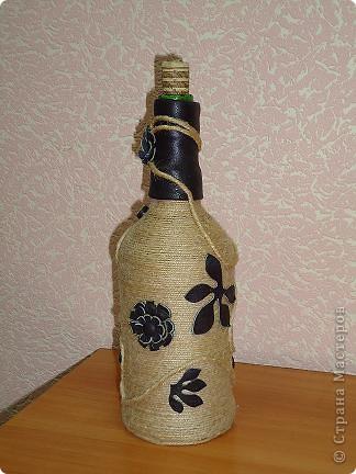 """Моя первая и самая любимая бутылка вместимостью 10 гостей. :-) Делалась для домашнего ко дню рождения мамы. Бутылка была пустая, и на дворе стояло лето, по этому для крепления льно-пенькового шпагата использовался клей """"Титан"""". Готовая работа долго стояла на балконе, пока не выветрился """"аромат"""" ацетона. фото 9"""