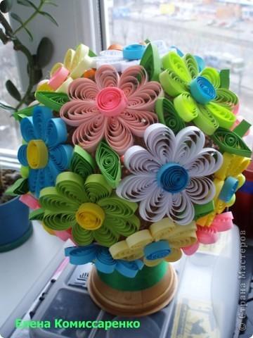 Цветочный шар. Состоит из трех составляющих: Шар из ниток, вазон, Цветы в технике квиллинг фото 1