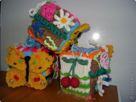 развивающий кубик для мелкой моторики. цветы на липучке.на бабочке кнопки , пуговицы,бусы.вишенки мягкая и твердая. другие стороны молния,шнуровка,пуговицы на петельках. фото 3