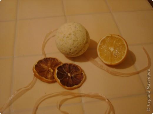 Аромат: ромашка Состав: морская соль, бикарбонат натрия, лимонная кислота,базовое масло абрикосовой косточки, ромашка аптечная, жёлтый и голубой краситель. фото 5