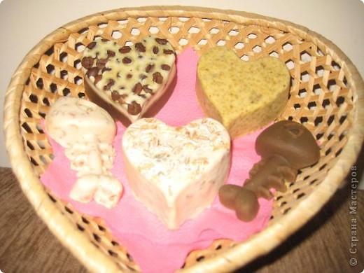 Состав мыла: детсокое мыло АГУ, кофе в зернах, раствориый кофе, овсянные хлопья, ромашка, молоко, мед, косметические масла: виноград, абрикос, календула, глицерин; в мыло с хлопьями и ромашкой добавила ароматизатор абрикос! фото 1