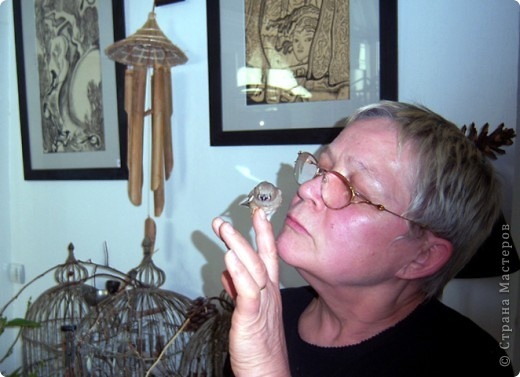 Уже знакомые Вам волнистые попугайчики http://stranamasterov.ru/node/170567 и те воробьинообразные, с кем Вы сейчас познакомитесь, живут на  этой веранде совершенно свободными.  Воробей мой, воробьишка!  Серый, юркий, словно мышка.  Глазки — бисер, лапки — врозь,  Лапки — боком, лапки — вкось...  Прыгай, прыгай, я не трону —  Видишь, хлебца накрошил...  Двинь-ка клювом в бок ворону,  Кто ее сюда просил?  Прыгни ближе, ну-ка, ну-ка,  Так, вот так, еще чуть-чуть...  Ветер сыплет снегом, злюка,  И на спинку, и на грудь.  Подружись со мной, пичужка,  Будем вместе в доме жить,  Сядем рядышком под вьюшкой,  Будем азбуку учить...  Ближе, ну еще немножко...  Фурх! Удрал... Какой нахал!  Съел все зерна, съел все крошки  И спасиба не сказал.  (1921) Саша Чёрный  фото 11