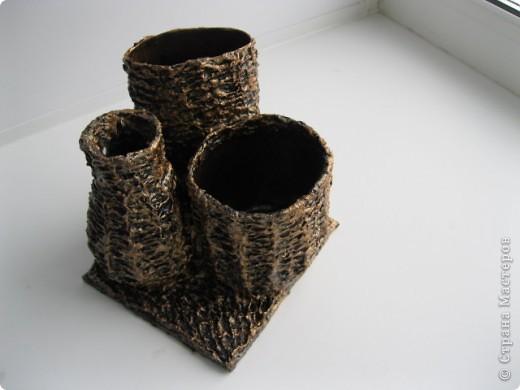 Данный органайзер сделан по технике папье-маше.Материалы:ДВП(картон),баночки различных форм,яичный поддон,клей ПВА(титан),акриловые краски,бесцветный лак. фото 3