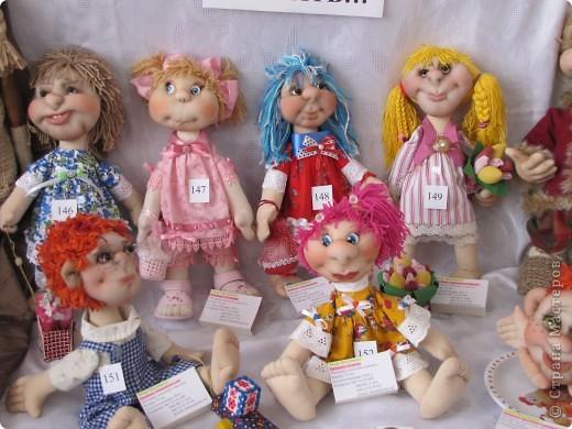 У нас в Запорожье ко Дню Кукольника,прошла выставка кукол.Выставлялись запорожские мастера кукол первый раз,но был полный аншлаг!Заранее прошу прощения,что не всех мастеров назову и не о всех техниках смогу рассказать...Но не могу удержаться,зная,что многим мастерам будет интересно. фото 22