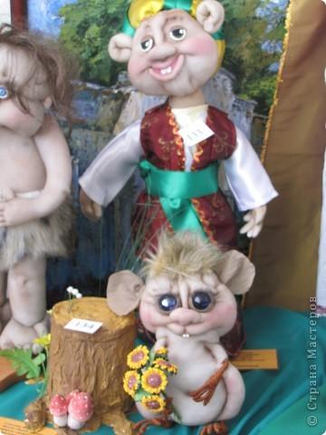 У нас в Запорожье ко Дню Кукольника,прошла выставка кукол.Выставлялись запорожские мастера кукол первый раз,но был полный аншлаг!Заранее прошу прощения,что не всех мастеров назову и не о всех техниках смогу рассказать...Но не могу удержаться,зная,что многим мастерам будет интересно. фото 28