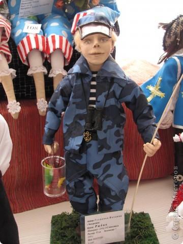 У нас в Запорожье ко Дню Кукольника,прошла выставка кукол.Выставлялись запорожские мастера кукол первый раз,но был полный аншлаг!Заранее прошу прощения,что не всех мастеров назову и не о всех техниках смогу рассказать...Но не могу удержаться,зная,что многим мастерам будет интересно. фото 32