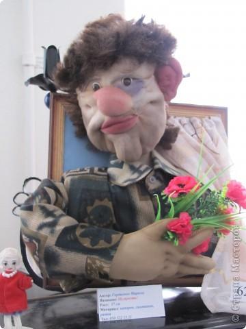У нас в Запорожье ко Дню Кукольника,прошла выставка кукол.Выставлялись запорожские мастера кукол первый раз,но был полный аншлаг!Заранее прошу прощения,что не всех мастеров назову и не о всех техниках смогу рассказать...Но не могу удержаться,зная,что многим мастерам будет интересно. фото 43