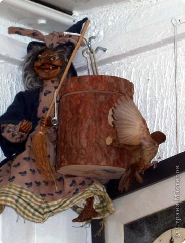 Уже знакомые Вам волнистые попугайчики http://stranamasterov.ru/node/170567 и те воробьинообразные, с кем Вы сейчас познакомитесь, живут на  этой веранде совершенно свободными.  Воробей мой, воробьишка!  Серый, юркий, словно мышка.  Глазки — бисер, лапки — врозь,  Лапки — боком, лапки — вкось...  Прыгай, прыгай, я не трону —  Видишь, хлебца накрошил...  Двинь-ка клювом в бок ворону,  Кто ее сюда просил?  Прыгни ближе, ну-ка, ну-ка,  Так, вот так, еще чуть-чуть...  Ветер сыплет снегом, злюка,  И на спинку, и на грудь.  Подружись со мной, пичужка,  Будем вместе в доме жить,  Сядем рядышком под вьюшкой,  Будем азбуку учить...  Ближе, ну еще немножко...  Фурх! Удрал... Какой нахал!  Съел все зерна, съел все крошки  И спасиба не сказал.  (1921) Саша Чёрный  фото 17