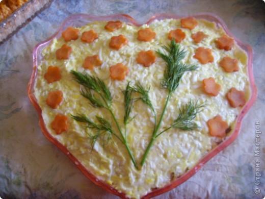 Очень простой и вкусный салатик.  Белок, крабовые палочки, яблоко кисло-сладкое, сыр. Между слоями чайонез. Последний слой желток от яйца. фото 3