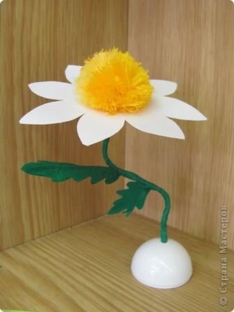Ромашка - мой образец, завтра будем делать такие цветы с детьми. Ножка из проволочки, обмотана гофрированной бумагой, поэтому гнется куда вам надо... фото 1