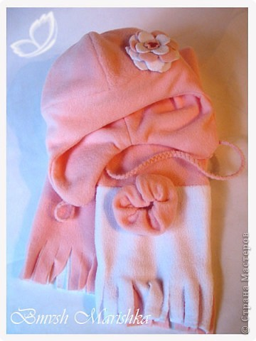 Потихонечку осваиваю швейную машинку. На этот раз сшила комплект - шапочка и шарфик из флиса - двойные - для прохладной весны и осени. Использовала розовый белый флис и бусины.  За выкройку и мастер-классы по пошиву шапочки огромное спасибо девочкам с Осинки.  Комплект получился очень тепленький, можно и на не очень холодную зиму. Шарфик - двусторонний, он не завязывается, т.к. достаточно плотный, а крепится резинкой, обшитой флисом - кстати эта моя придумка достаточно удобна.  А вот и сам комплектик. фото 2
