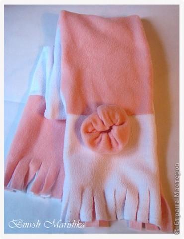 Потихонечку осваиваю швейную машинку. На этот раз сшила комплект - шапочка и шарфик из флиса - двойные - для прохладной весны и осени. Использовала розовый белый флис и бусины.  За выкройку и мастер-классы по пошиву шапочки огромное спасибо девочкам с Осинки.  Комплект получился очень тепленький, можно и на не очень холодную зиму. Шарфик - двусторонний, он не завязывается, т.к. достаточно плотный, а крепится резинкой, обшитой флисом - кстати эта моя придумка достаточно удобна.  А вот и сам комплектик. фото 4