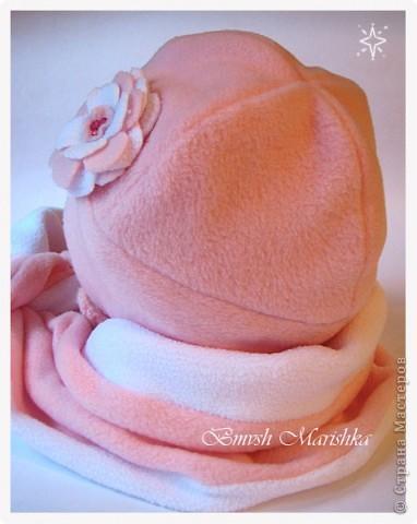 Потихонечку осваиваю швейную машинку. На этот раз сшила комплект - шапочка и шарфик из флиса - двойные - для прохладной весны и осени. Использовала розовый белый флис и бусины.  За выкройку и мастер-классы по пошиву шапочки огромное спасибо девочкам с Осинки.  Комплект получился очень тепленький, можно и на не очень холодную зиму. Шарфик - двусторонний, он не завязывается, т.к. достаточно плотный, а крепится резинкой, обшитой флисом - кстати эта моя придумка достаточно удобна.  А вот и сам комплектик. фото 5
