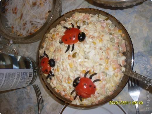 Очень простой и вкусный салатик.  Белок, крабовые палочки, яблоко кисло-сладкое, сыр. Между слоями чайонез. Последний слой желток от яйца. фото 5