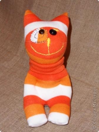 Носочки - такой удивительный материал ( трикотажная ткань) что можно создавать прямо на ходу... Буквально сегодня, объясняя девочкам, как сделать из носка медвежонка ( образец есть в моем блоге), вдруг получилась гусеница... фото 5