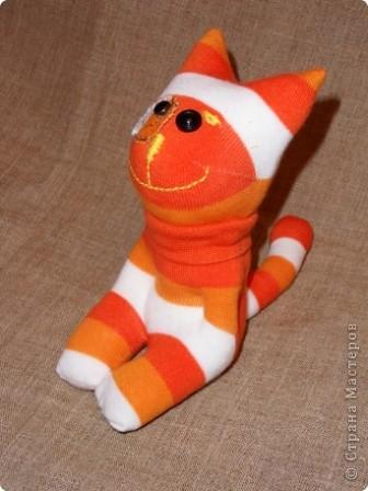 Носочки - такой удивительный материал ( трикотажная ткань) что можно создавать прямо на ходу... Буквально сегодня, объясняя девочкам, как сделать из носка медвежонка ( образец есть в моем блоге), вдруг получилась гусеница... фото 6