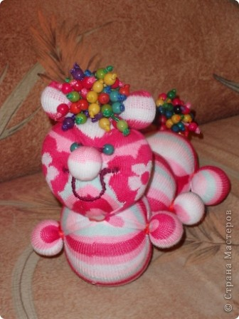 Носочки - такой удивительный материал ( трикотажная ткань) что можно создавать прямо на ходу... Буквально сегодня, объясняя девочкам, как сделать из носка медвежонка ( образец есть в моем блоге), вдруг получилась гусеница... фото 4