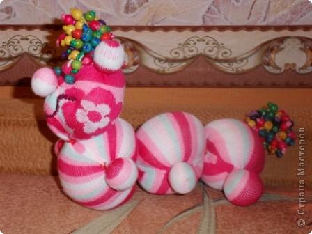 Носочки - такой удивительный материал ( трикотажная ткань) что можно создавать прямо на ходу... Буквально сегодня, объясняя девочкам, как сделать из носка медвежонка ( образец есть в моем блоге), вдруг получилась гусеница... фото 2