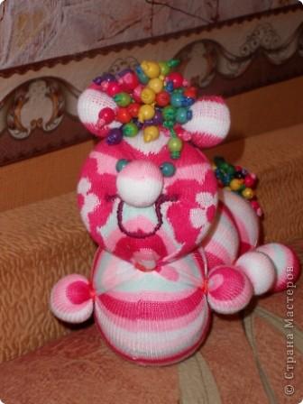 Носочки - такой удивительный материал ( трикотажная ткань) что можно создавать прямо на ходу... Буквально сегодня, объясняя девочкам, как сделать из носка медвежонка ( образец есть в моем блоге), вдруг получилась гусеница... фото 1