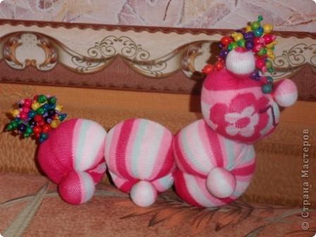 Носочки - такой удивительный материал ( трикотажная ткань) что можно создавать прямо на ходу... Буквально сегодня, объясняя девочкам, как сделать из носка медвежонка ( образец есть в моем блоге), вдруг получилась гусеница... фото 3