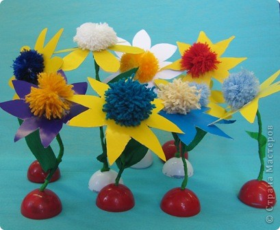 Ромашка - мой образец, завтра будем делать такие цветы с детьми. Ножка из проволочки, обмотана гофрированной бумагой, поэтому гнется куда вам надо... фото 3