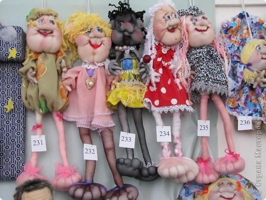 У нас в Запорожье ко Дню Кукольника,прошла выставка кукол.Выставлялись запорожские мастера кукол первый раз,но был полный аншлаг!Заранее прошу прощения,что не всех мастеров назову и не о всех техниках смогу рассказать...Но не могу удержаться,зная,что многим мастерам будет интересно. фото 57
