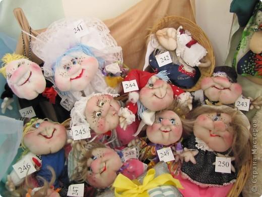 У нас в Запорожье ко Дню Кукольника,прошла выставка кукол.Выставлялись запорожские мастера кукол первый раз,но был полный аншлаг!Заранее прошу прощения,что не всех мастеров назову и не о всех техниках смогу рассказать...Но не могу удержаться,зная,что многим мастерам будет интересно. фото 59