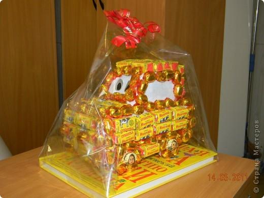 Машину делала в подарок мальчику 4 лет на день рождения.Она ему очень понравилась,кто-то из детей подумал,что это торт......... фото 4
