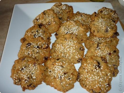 Рецептов овсяного печенья очень много,но этот вариант с яблоками и орехами очень легкий по вкусу и приготовлению.