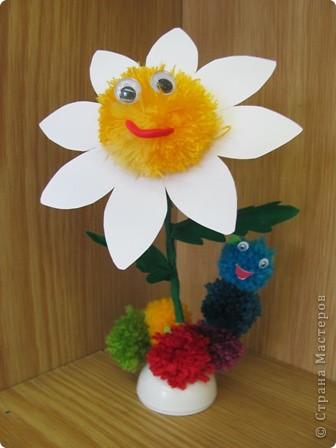 Ромашка - мой образец, завтра будем делать такие цветы с детьми. Ножка из проволочки, обмотана гофрированной бумагой, поэтому гнется куда вам надо... фото 2