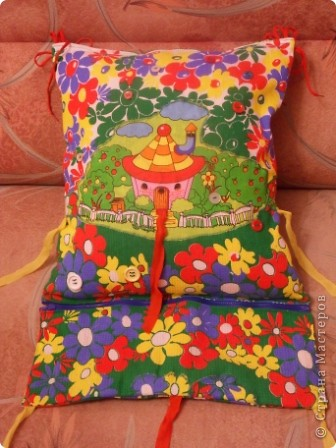 """Развивающая подушка для маленьких детей от 2-х до4-х лет. С двух сторон картинки. Прищиты пуговицы, шнурки и тесемки. Это одна сторона """"Веселые лягушата"""". фото 14"""