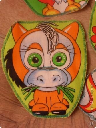 """Развивающая подушка для маленьких детей от 2-х до4-х лет. С двух сторон картинки. Прищиты пуговицы, шнурки и тесемки. Это одна сторона """"Веселые лягушата"""". фото 6"""