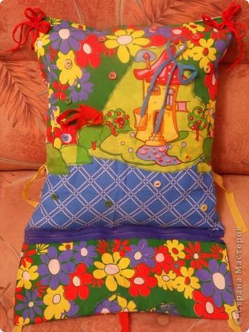 """Развивающая подушка для маленьких детей от 2-х до4-х лет. С двух сторон картинки. Прищиты пуговицы, шнурки и тесемки. Это одна сторона """"Веселые лягушата"""". фото 16"""
