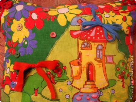 """Развивающая подушка для маленьких детей от 2-х до4-х лет. С двух сторон картинки. Прищиты пуговицы, шнурки и тесемки. Это одна сторона """"Веселые лягушата"""". фото 10"""