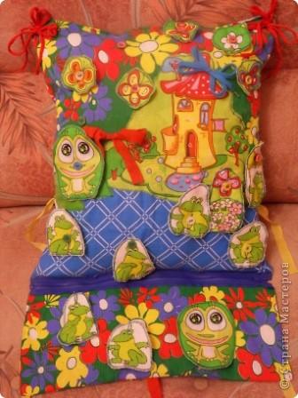 """Развивающая подушка для маленьких детей от 2-х до4-х лет. С двух сторон картинки. Прищиты пуговицы, шнурки и тесемки. Это одна сторона """"Веселые лягушата"""". фото 1"""