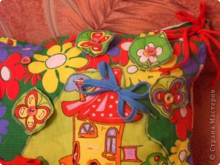 """Развивающая подушка для маленьких детей от 2-х до4-х лет. С двух сторон картинки. Прищиты пуговицы, шнурки и тесемки. Это одна сторона """"Веселые лягушата"""". фото 11"""
