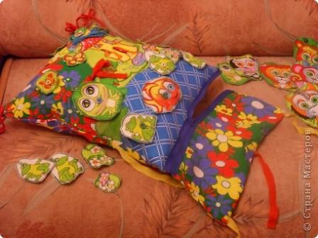 """Развивающая подушка для маленьких детей от 2-х до4-х лет. С двух сторон картинки. Прищиты пуговицы, шнурки и тесемки. Это одна сторона """"Веселые лягушата"""". фото 9"""
