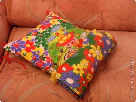 """Развивающая подушка для маленьких детей от 2-х до4-х лет. С двух сторон картинки. Прищиты пуговицы, шнурки и тесемки. Это одна сторона """"Веселые лягушата"""". фото 8"""