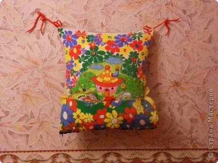 """Развивающая подушка для маленьких детей от 2-х до4-х лет. С двух сторон картинки. Прищиты пуговицы, шнурки и тесемки. Это одна сторона """"Веселые лягушата"""". фото 13"""
